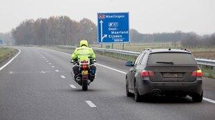 Politie bekeurt automobilisten die het vrachtwagens moeilijk maken