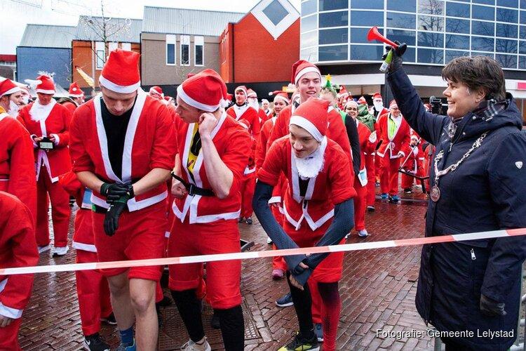 Rennende kerstmannen tijdens de Rotary Santa Run